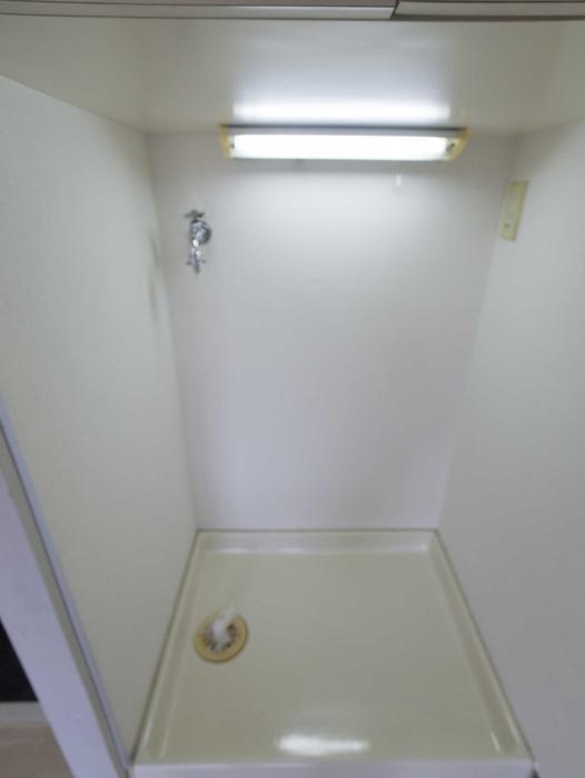 洗濯機置場の吊り棚が機能的です